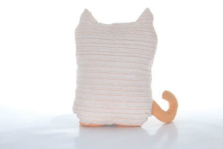 Pernă decorativă handmade în formă de pisică maro cu verde