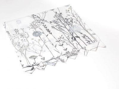 Napron cu flori de câmp în nuanțe de alb și gri