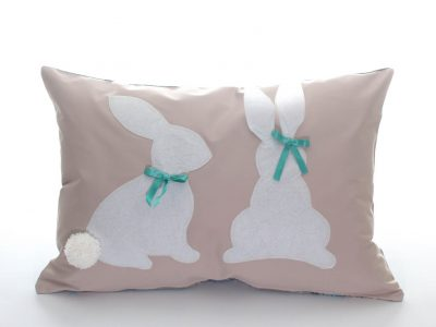 Pernă decorativă handmade crem cu iepuraşi albi