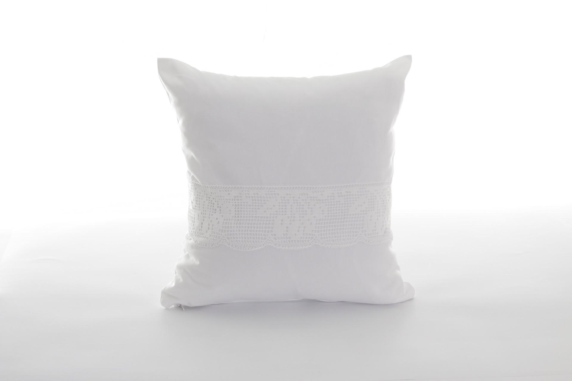 Pernă-decorativă-handmade-albă-cu-motiv-tradiţional