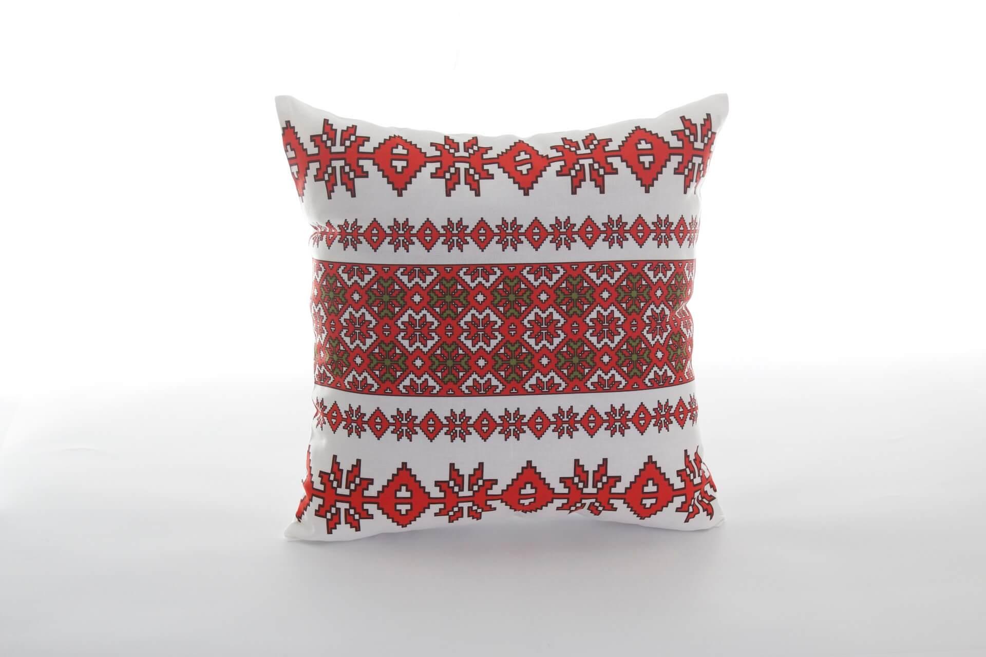Pernă-decorativă-handmade-cu-motive-tradiționale