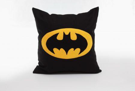 Perna decorativă handmade Batman din colecţia Supereroi Bowema