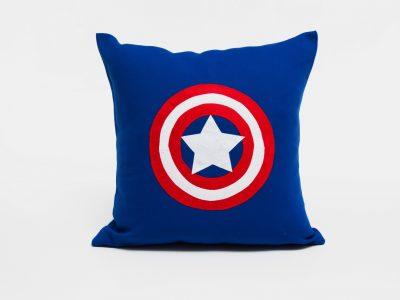 Pernă decorativă handmade Capitan America, din colecţia Supereroi Bowema
