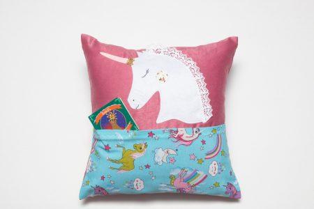 Pernă decorativă handmade Unicorn cu buzunar, 40x40 cm