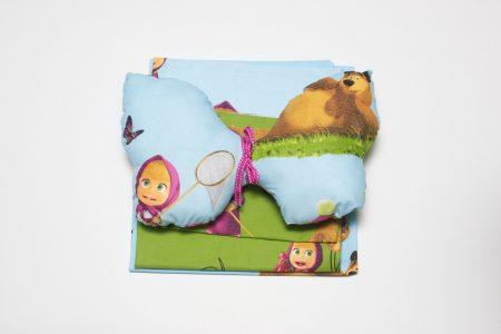 Lenjeria pentru pătuţ Masha şi Ursul are grijă de visele puiului tău, învăluindu-le în poveşti frumoase, personaje simpatice şi un decor magic. Întreaga lenjerie este confecţionată din bumbac, inclusiv pernuţa decorativă în formă de fluture, care este umplută cu melană antialergică - totul pentru ca bebeluşul să fie în siguranţă. Această lenjerie poate fi oferită drept cadou pentru bebeluşi la orice ocazie:cadou la naştere, la prima vizită acasă, cadou de botez, aniversarea numeului, împlinirea primului anişor - nu vei da greş indiferent de situaţie.